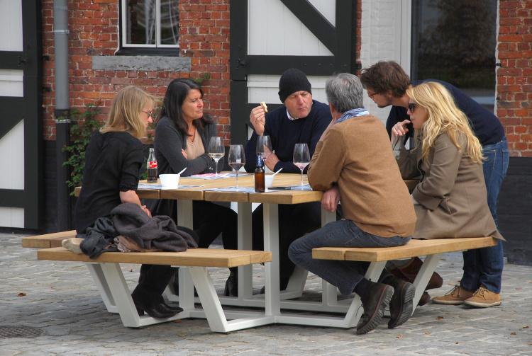 carré - vierkante picknicktafel - iroko balken witte onderstellen