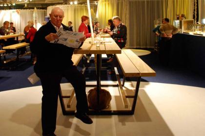 beer table - hoge picknicktafel - iroko balken zwarte onderstellen
