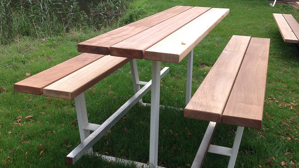 Beer Table 240cm. Houten picknicktafel met witte onderstellen